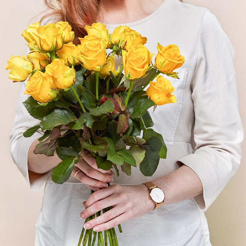 floriss-fordel-dame-holder-gul-bukett-roser.jpg