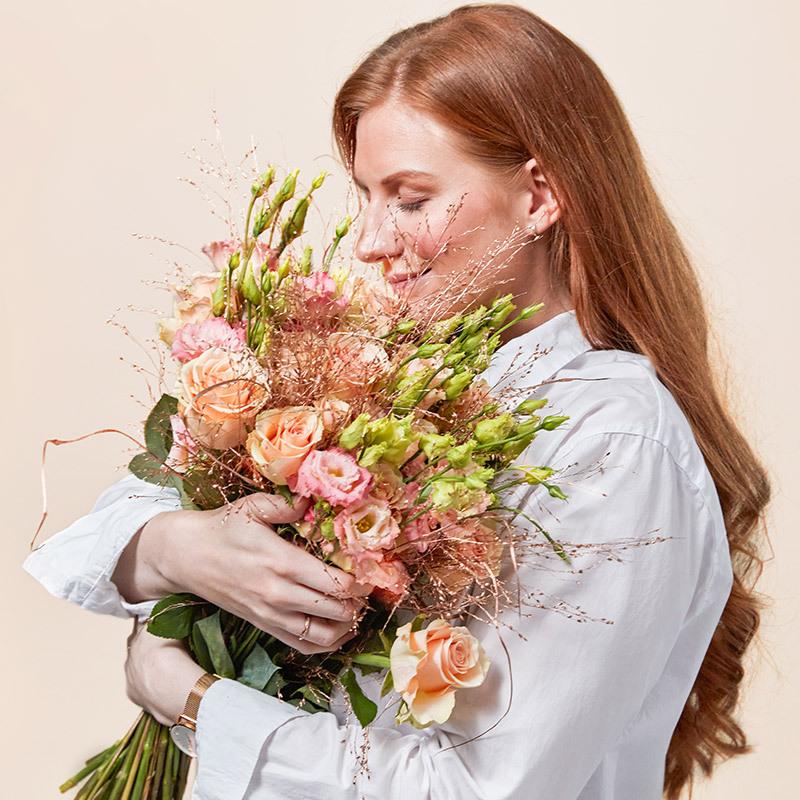 floriss-fordel-dame-lukter-paa-blomsterbukett-i-alle-farger.jpg