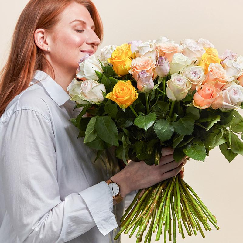floriss-fordel-dame-lukter-paa-rosebukett-gul-hvit-rosa.jpg