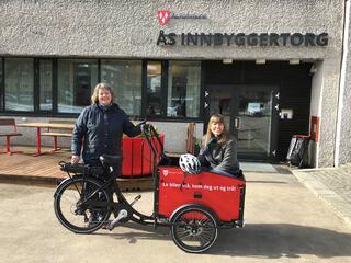 El-kassesykkelen kan snart lånes av innbyggere i Ås. Bente Sperlin og Siri Gilbert fra avdelingen plan, miljø og næring, slår et slag for folkehelse og miljø