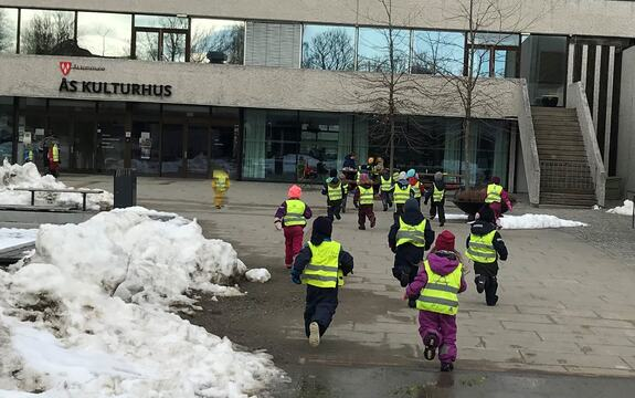 Barn fra Tunveien foran kulturhuset