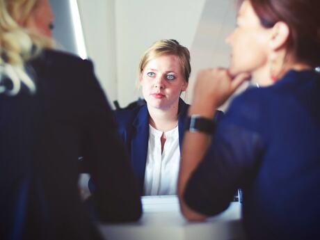 3. Lederen skal vise medarbejderne tillid ved at gå ud fra, at dine medarbejdere både kan og vil løse alle de opgaver, de får. - og samtidig kunne følge med i, hvad de foretager sig da du ellers ikke kan give ordentlig feedback eller demonstrere ægte interesse for deres præstationer. Foto: Tim Gouw / Unsplash