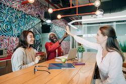 Humor på arbeidsplassen hjelper oss til å se lysere på livet og minsker stress. Foto:Alexander Suhorucov/Pexels