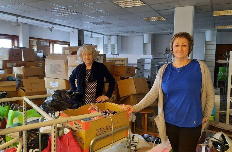 Her er Hilde Margrethe Sand og Gjertrud Aune Færøy inne i den gamle Cubus-butikken.