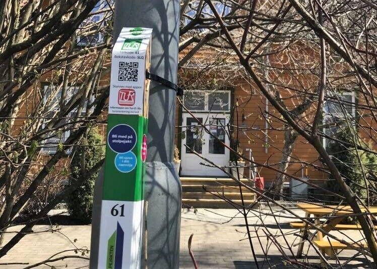 Det er satt ut stolper både ved Nordby og i Ås sentrum, flere stolper blir satt ut i mai måned. Frist for å registrere stolper er 31. oktober 2021. Foto: Ås kommune/Kari Skarheim