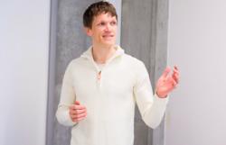 Bård Fyhn underviser ved Norges Handelshøyskole i Bergen og arbeider samtidig med en doktorgrad om psykologisk trygghet i team. Han mener graden av den psykologiske tryggheten kan forklare hvor effektive team er. Foto: Benjamin Bargård.