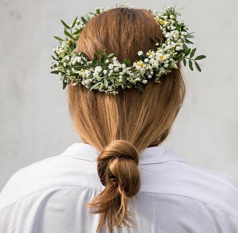 brudeslør i håret er yndig og romantisk