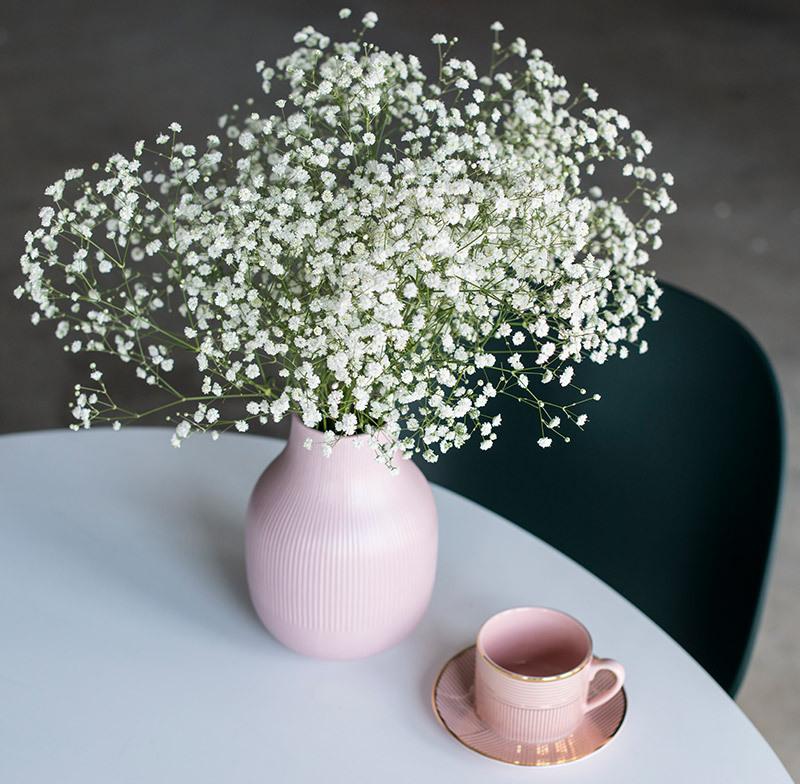 Yndig blomsterbukett med brudeslør i en klar eller farget glassvase