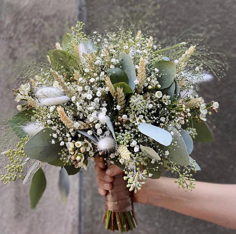 frodig blomsterbukett med alle variantene i en bukett brudeslør roser krysantemum