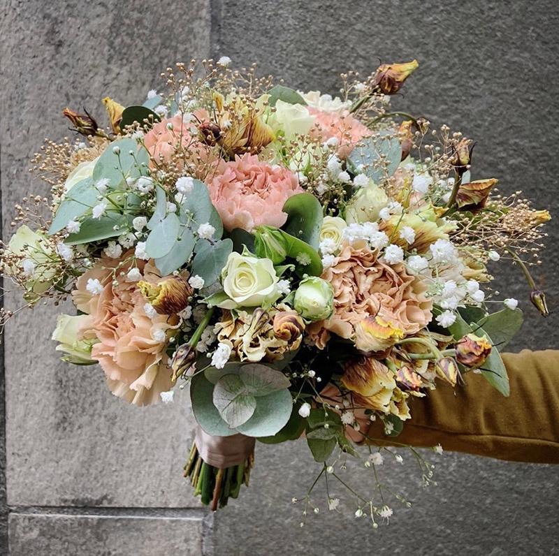 klassisk blomsterbukett med brudeslør og roser