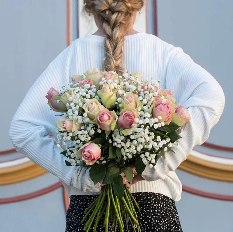 sommerlig blomsterbukett med brudeslør og krysantemum
