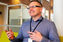 Nils Brede Moe i SINTEF mener erfaringene fra koronapandemien vil endre arbeidshverdagen til svært mange. Han leder en forskergruppe som har studert dynamikken i nordiske bedrifter gjennom hjemmekontor-året 2020. Foto: Jan Are Hansen