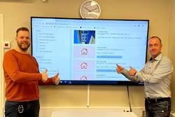 FORNØYDE: Remi Berg og Robin Brynildsen i Sarpsborg kommune tror det digitale systemet for kommunale boliger vil lette boligarbeidet. Foto: Husbanken