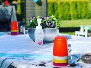 Foto av bord med kopper, håndsprit