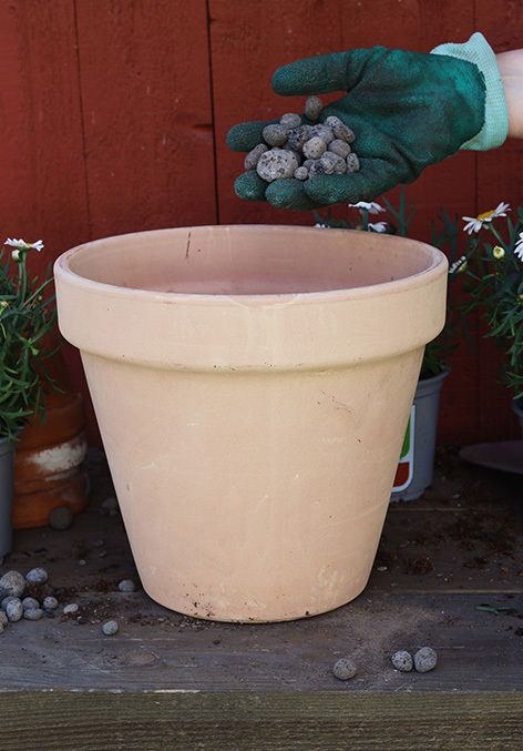 utplanting-i-potte-fylles-med-sten.jpg