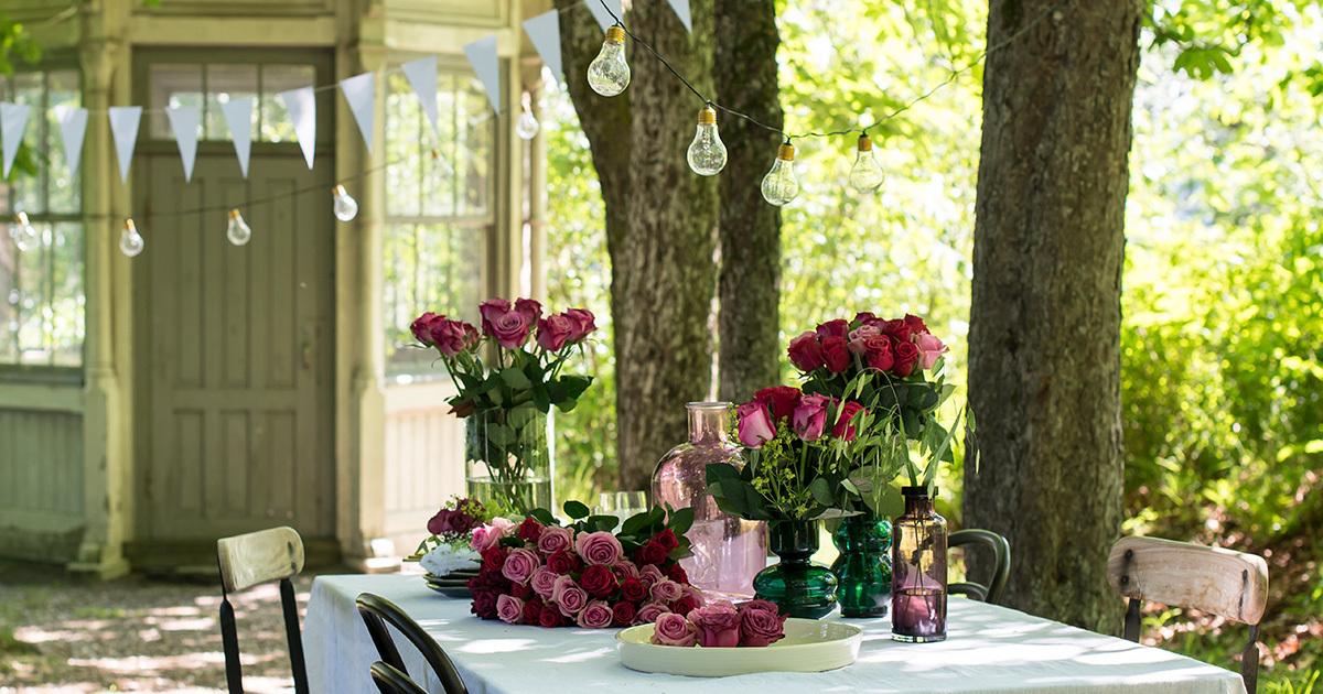 roser-til-fest-nydelig-borddekking-til-sommerfesten.jpg