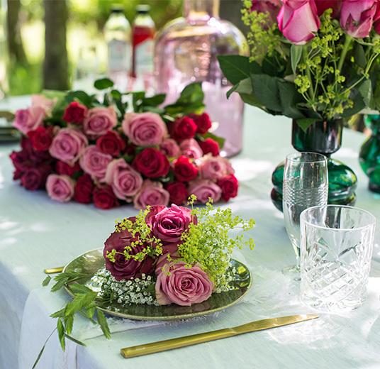 roser-til-fest-nydelig-borddekking-til-sommerfesten-2.jpg