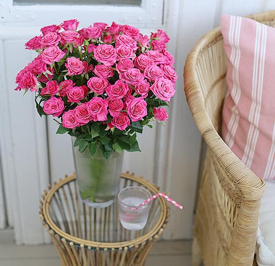 roser-til-fest-nydelige-festroser-i-vase-paa-uteplassen 2.jpg