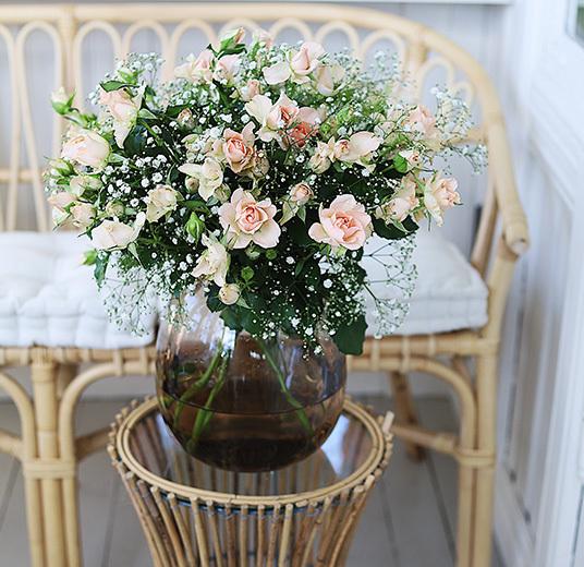 roser-til-fest-nydelige-festroser-i-vase-paa-uteplassen 1.jpg