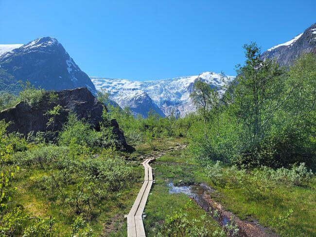 Bergsetbreen i Jostedalen har godt tilrettelagd sti. Høver for heile familien. (Foto: Olav Grov)