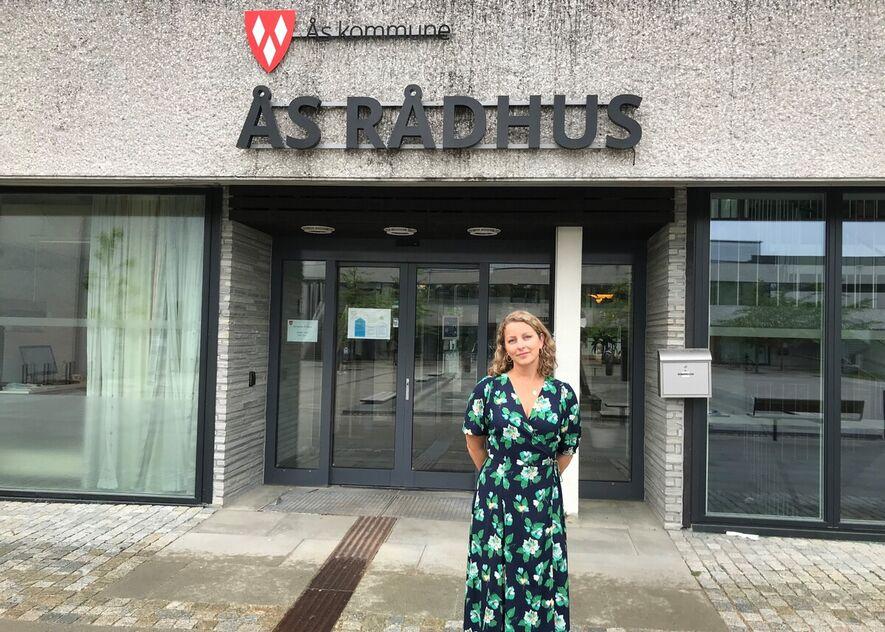 Fotografi av leder av vaksinesenteret utenfor Ås rådhus