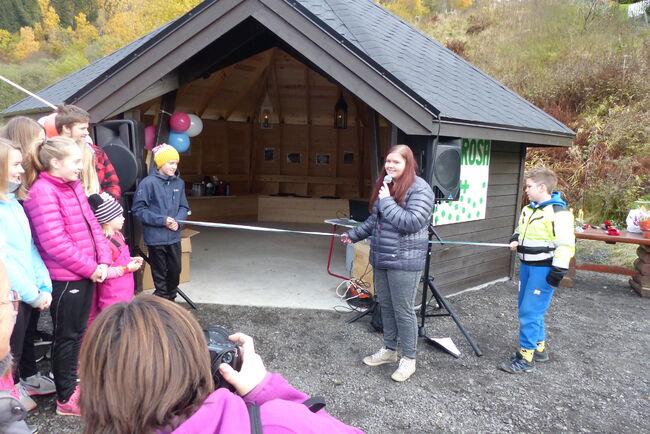 Klubbleiar i Bergrosa 4H, Ida Falkgjerdet Svåi, sto for snorklyppet som markerte opninga av gapahuken i Gaupne