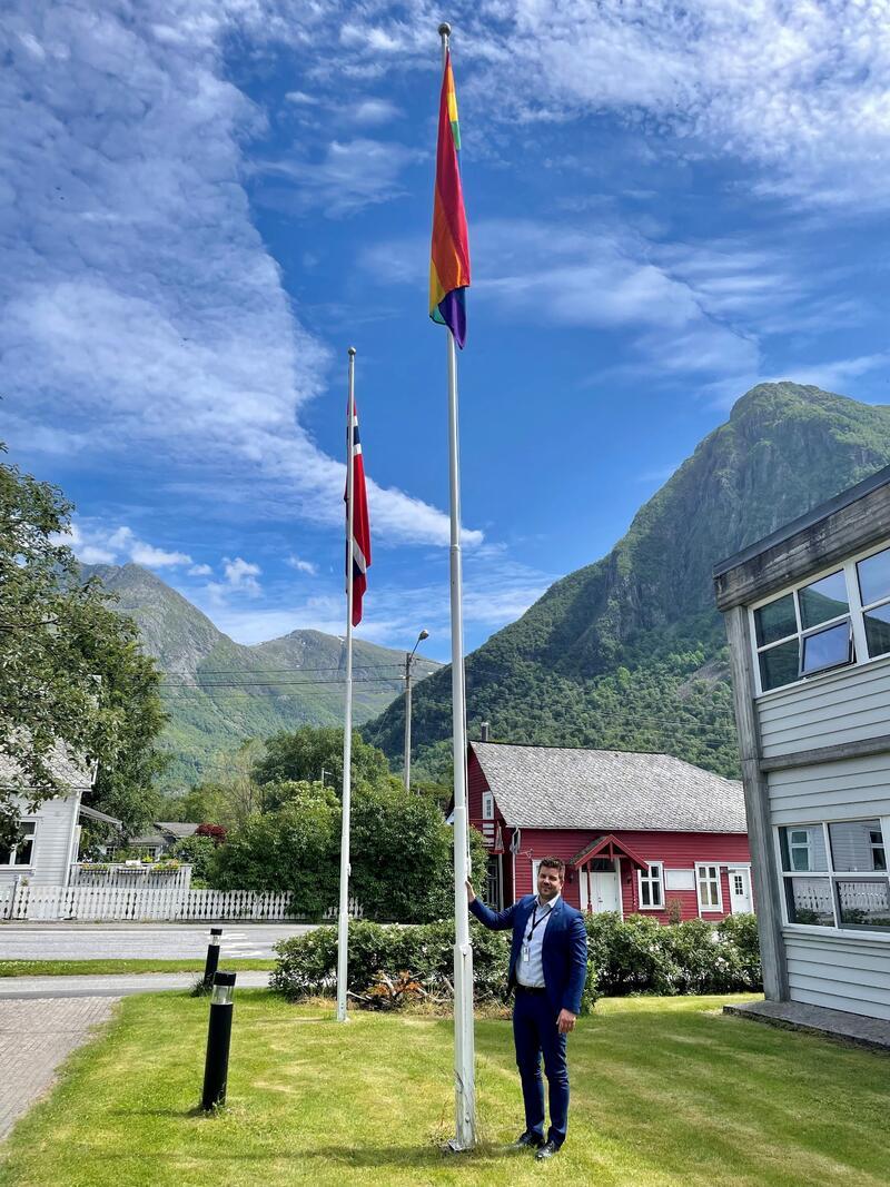 Ordførar Hans Inge Myrvold ved Pride-flagget utanfor rådhuset i dag.