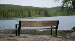 − Å tenke aldersvennlig kan f eks. være å sette ut flere benker som innbyr til å komme seg ut og være del av lokalsamfunnet, forteller Anne Berit Rafoss, prosjektleder i Senteret for et aldersvennlig Norge. I Oslo kommune er det satt opp benker ved Sognsvann. Foto: Sindre Haarr