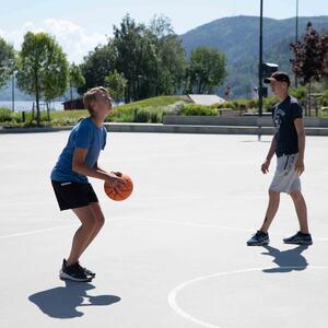 Det finnes to basketballbaner i parken