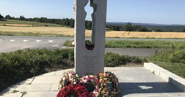 Kranser og roser pryder 22. juli-minnesmerket