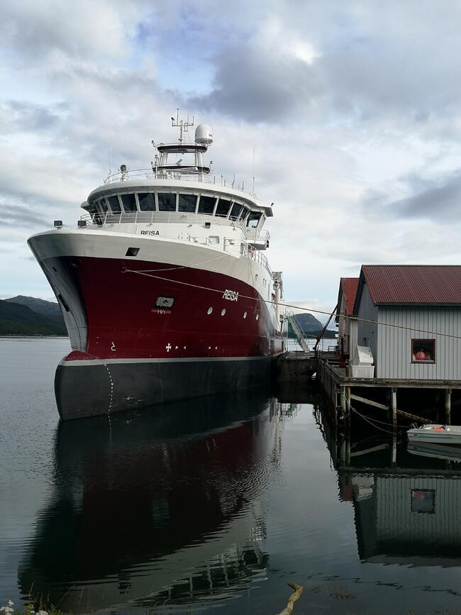 MS Reisa, som tilhører NTS Shipping AS, til kai i Sørkjosen