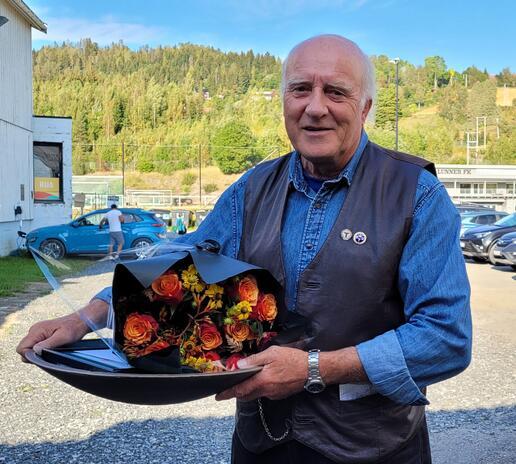 Leif G. Koch viser fram miljøprisen
