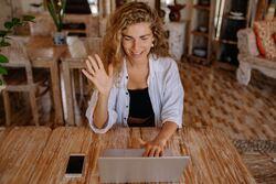 I en stadig mer digitalisert hverdag er det viktig å huske på at vi mennesker er avhengige av den sosiale kontakten og av sosiale relasjoner oss imellom. Dette er noe som ikke kan erstattes av digitale læringsplattformer. Foto:Yan Krukov/Pexels