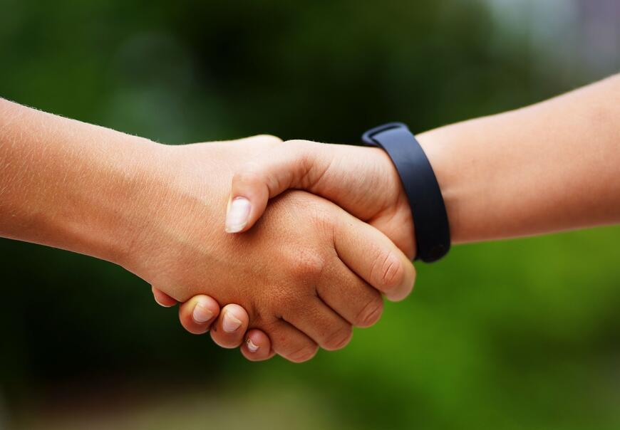 Nærbilde av hender som holder i hverandre.