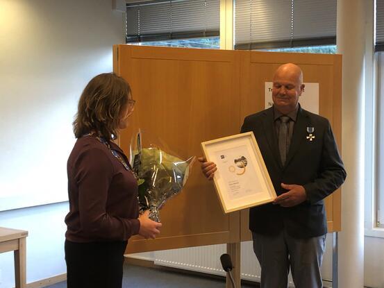 Ordfører Margrethe Handeland overrekker KS medaljen til Ånen Werdal