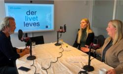 Programleder Kjell Erik Saure har besøk av Liv Edel Berge og Torunn Tømmervold, Trondheim Folkebibliotek, i ukens episode om digitalt utenforskap. Foto: KS.