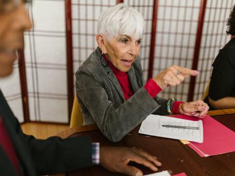 En Fafo-rapport viser at flere enn tidligere sto i jobb til en høyere alder i 2016, etter lovendringen, enn i 2015. Denne økningen i sysselsetting blant seniorer kan likevel ikke tilskrives økte aldersgrenser. Disse førte heller ikke til redusert rekruttering av yngre seniorer, slik mange fryktet. Flere bedrifter har like fullt innført en lavere, bedriftsintern aldersgrense. Foto: RODNAE Productions/Pexels
