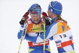 Aino-Kaisa Saarinen gikk gr�tende i m�l til seier og blir gratulert av Virpi Kuitunen.